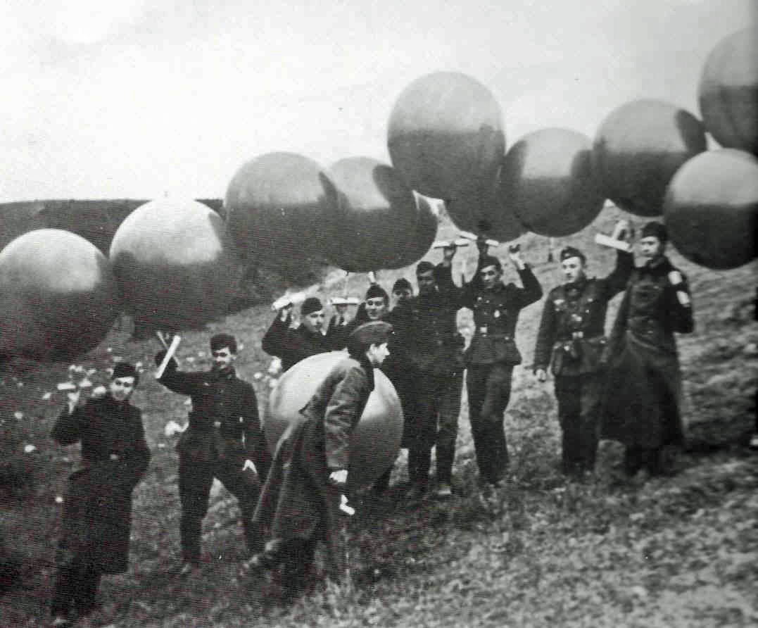 GermanWWIIBalloonLaunch01.jpg (126057 bytes)